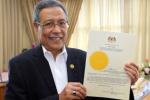 The Chairman of the SPR (EC) holding the official communication of the dissolution of the Dewan Rakyat (source : thestar.com.my)